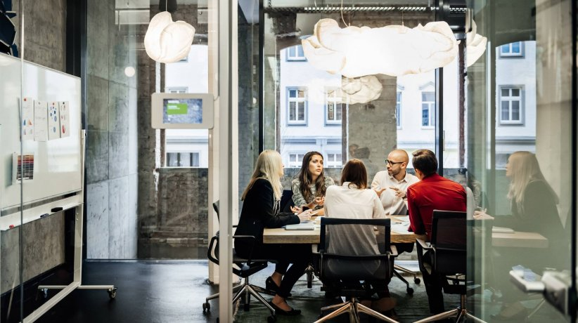 ey-business-meeting-in-a-modern-office-scaled